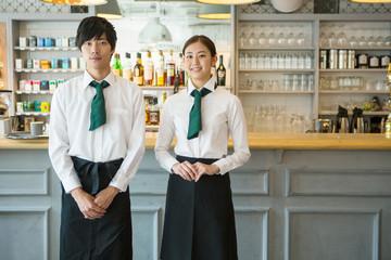20代男女カフェ店員