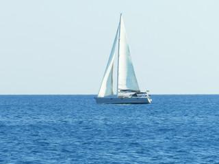 Einsames Segelboot auf offenem Meer