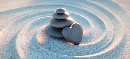 Turm aus Kieselsteinen mit Kiesel in Herzform