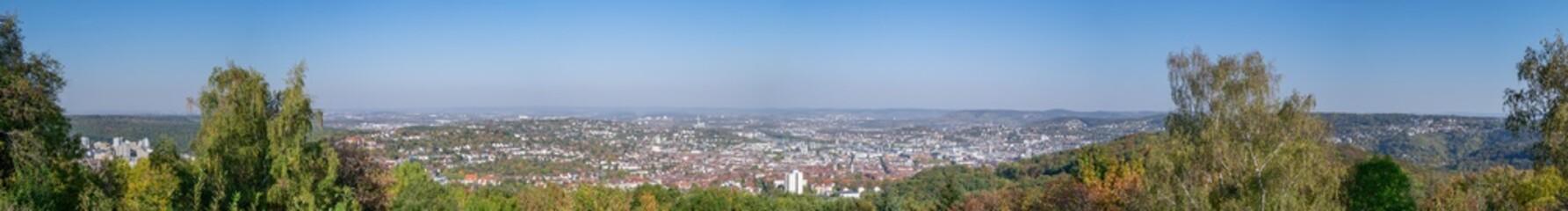 Panorama von Stuttgart vom Birkenkopf aus von Botnang links über die Innenstadt bis Degerloch rechts