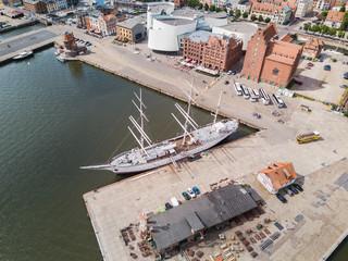 Die Gorch Fock im Hafen von Stralsund, im Hintergrund das Ozeaneum