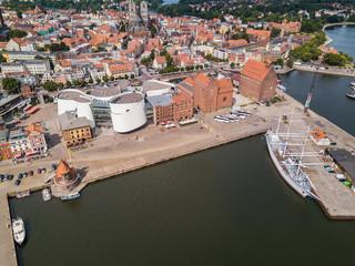 Am Hafen von Stralsund mit Ozeaneum und Gorch Fock