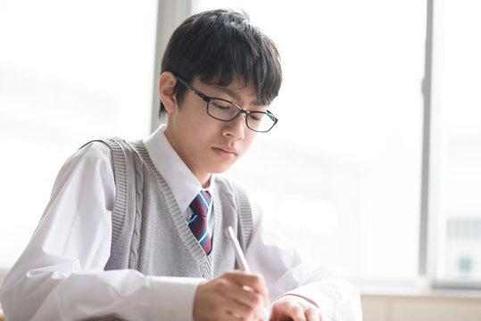教室で授業を受ける男子学生