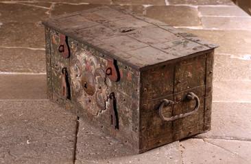 Alte barocke Schatzkiste aus Eisen zum Transport von Geld und Schmuck