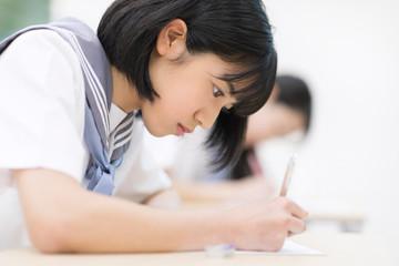 テストを受ける女子高校生