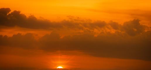 Sonnenaufgang mit Wolken am Horizont