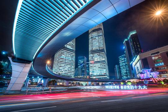 Straßenkreuzung und Verkehr in Lujiazui, Shanghai, Volksrepublik China