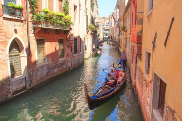 Türaufkleber Gondeln Venice - August 27: Gondolier drives a gondola with tourists on board on the Canal on August 27, 2018 in Venice, Italy