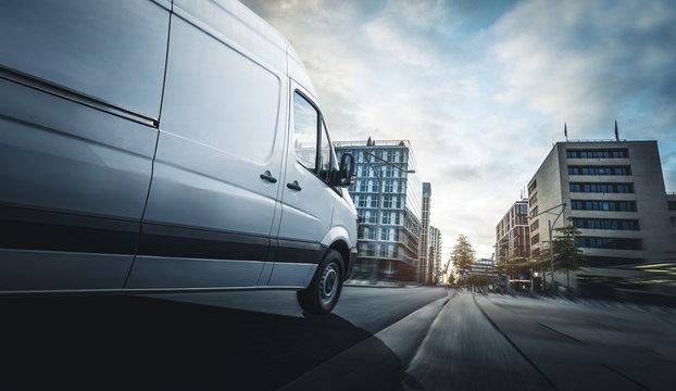 Lieferwagen liefert in eine Stadt
