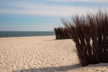 Weidenruten als Abrenzung am Sandstrand