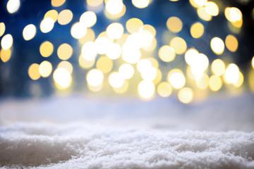 Weihnachtlicher Hintergrund mit Schnee und Bokeh