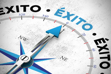 Éxito / Erfolg im Business mit Kompass als Konzept