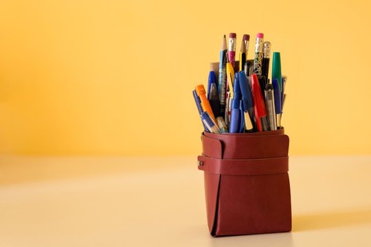 Portapenne con penne, matite e colori