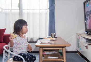 朝食を食べる子供