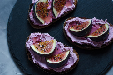 Bruschetta with cream cheese and figs with honey