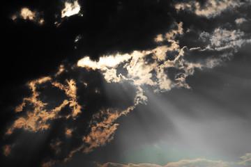 雲から差し込む光