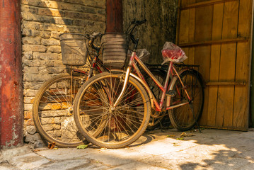 Photo sur Aluminium Old bikes in an empty narrow alley in a traditional Beijing Hutong in China - 1