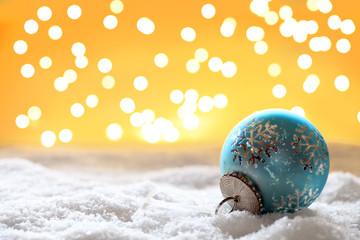 blaue Weihnachtskugel vor Bokeh Hintergrund