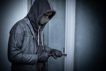 Einbrecher hebelt an Tür