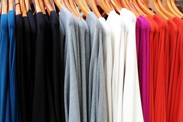 Pullover am Kleiderbügel in den neuen Herbstfarben