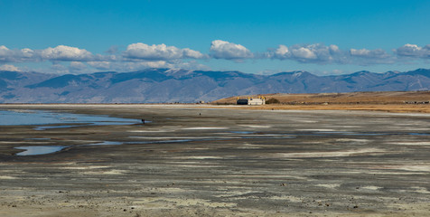 Foto op Plexiglas Inspirerende boodschap Temple by the salt lake with mountains and clouds