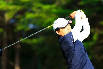 ゴルフをしている風景