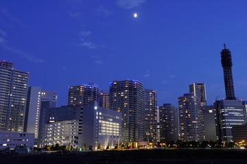 横浜市みなとみらいの夜景と月