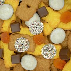 quadratischer Weihnachtshintergrund aus verschiedenen Sorten von Weihnachtsplätzchen, Dominosteinen und getrockneten Aprikosen