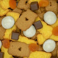 quadratischer Weihnachtshintergrund aus verschiedenen Sorten von Spekulatius, Pfeffernüssen, Dominosteinen und getrockneten Aprikosen