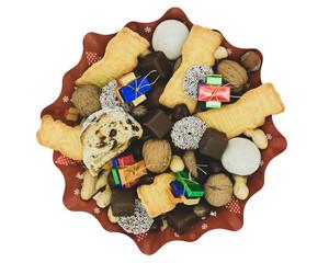 Weihnachtsteller mit verschiedenen Sorten von Plätzchen, Schokolade und Nüssen