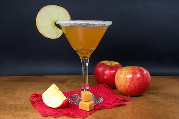 In de dag Cocktail apple cider martini with caramel apples and ripe apples on wood table