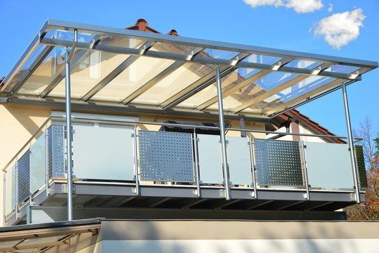 Edelstahl-Balkon mit Edelstahlrahmen-Glasdach und Markise