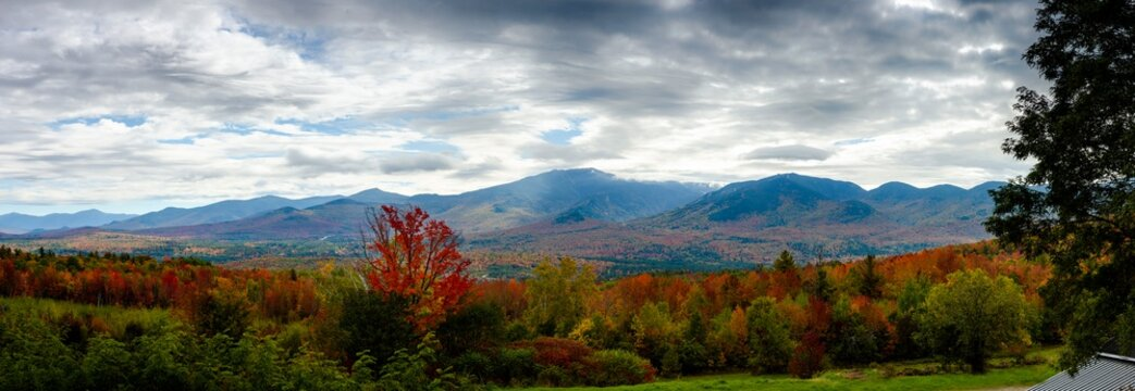 Panoramic view of mount Lafayette in the white mountains during fall foliage season