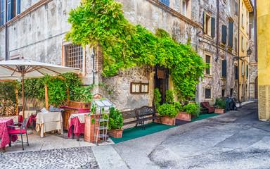 Fond de hotte en verre imprimé Scooter Historical buildings in the old city center of Verona, Italy