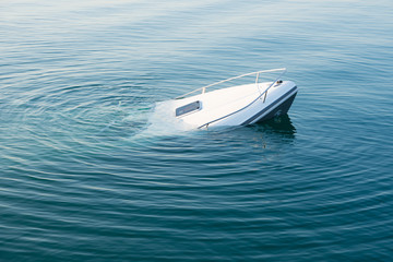 Photo sur Toile Naufrage Sinking modern large white boat goes underwater