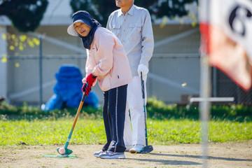 グラウンドゴルフを楽しむ人