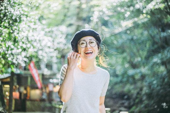 自然の中で笑顔の女性