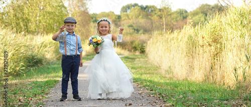 Zwei Blumenkinder Bei Der Hochzeit Stock Photo And Royalty Free
