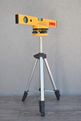 statyw z laserem