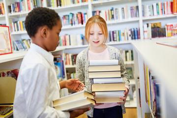 Zwei Schüler in der Bibliothek der Schule