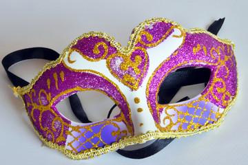 maschera di carnevale con coriandoli colorati, su sfondo bianco