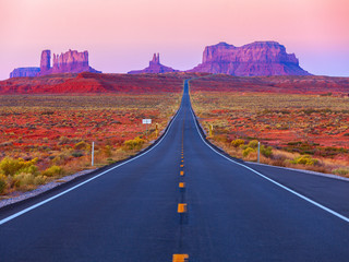 Fotobehang Lichtroze Scenic view of Monument Valley in Utah at twilight, United States.