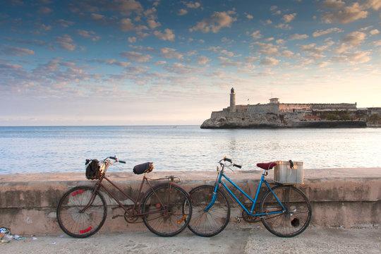 Bicicletas en La Habana y vistas del castillo de los Tres Reyes del Morro Cuba