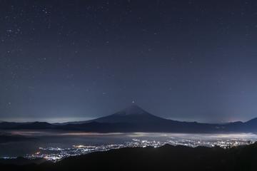 国師ヶ岳山頂から富士山と冬の星空