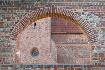 Fenstertorbogen in einer Kirchenmauer