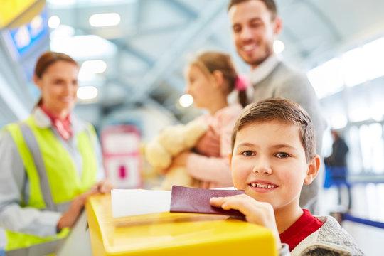 Junge freut sich auf den Urlaub und wartet am Check-In