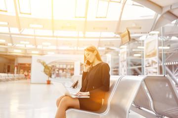 Geschäftsfrau mit Laptop Computer am Flughafen