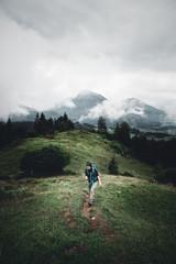Junge Frau mit Rucksack wandert in den Chiemgauer Alpen