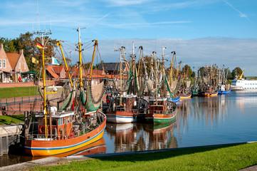 Kutterflotte im Hafen von Greetsiel bei blauem Himmel