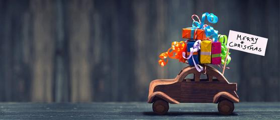 Weihnachtsgeschenke mit dem Auto transportieren
